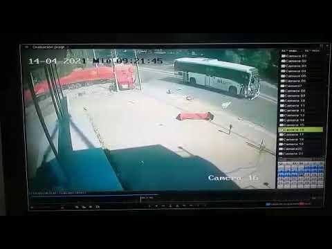 Tremendo choque entre camión y un colectivo