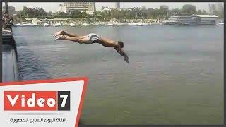 """على طريقة """"عبده موتة """".. شاب يقفز من كوبرى قصر النيل مرددا :""""ثقة فى الله نجاح"""""""