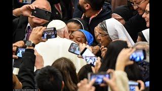 Papież pocałował zakonnicę. Nagranie obiega świat