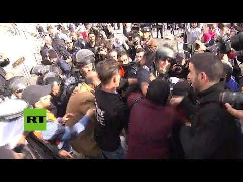 policia israeli golpea a una mujer palestina durante una manifestacion