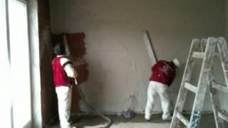 Verputzen von Innenwänden mit Gipsputz und Putzmaschine