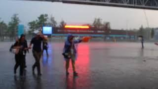 Хорватского болельщика утешил  ливень