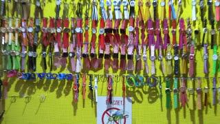 Тепло - уличные магазины распахнуты и в октябре. Улица Социалистическая, Лазаревское, Сочи 2016(Вспомнилась пословица