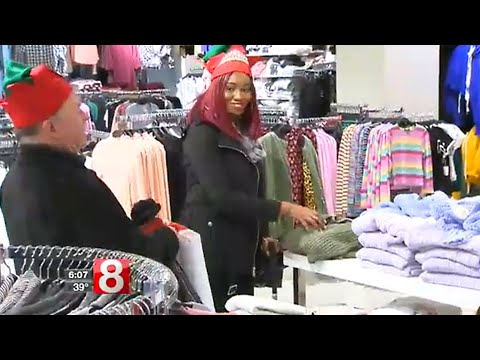Elder Elves in Fairfield, CT help a woman complete her holiday shopping | SYNERGY HomeCare