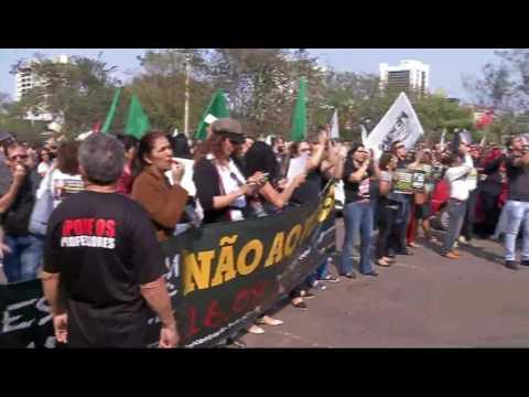 Milhares de educadores protestam contra projeto que restringe direitos trabalhistas