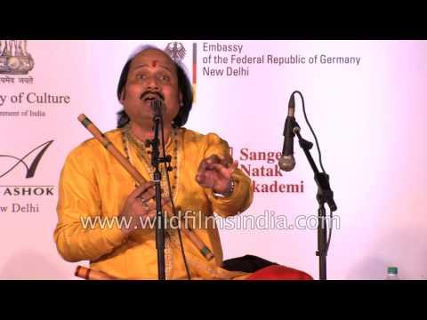 Indian flautist Pt. Ronu Majumdar plays 'Payo Ji Maine Ram Ratan Dhan Payo'