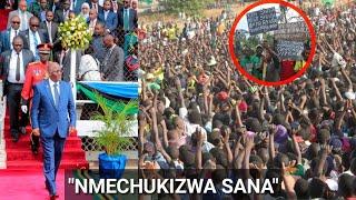Rais Magufuli aususia Mkutano na kuondoka baada ya wananchi kushangiliwa bango!