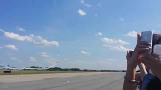 Tại nạn máy bay khủng khiếp khi đang biểu diễn tại lễ hội Air Show 20161 thumbnail