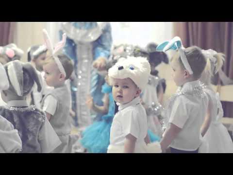 Смешные маленькие дети, дети смешно танцуют в детском саду!