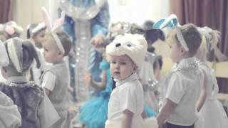 Дети 2 х лет смешно танцуют в детском саду на Новогоднем утреннике