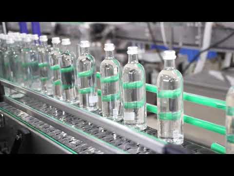 Линия розлива воды в стеклянную бутылку