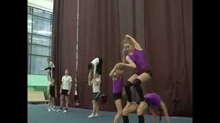 Тренировка юных акробатов и гимнастов