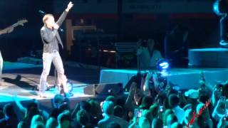 blake shelton invites justin moore to the stage to sing lettin the night roll