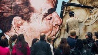 Фото Братский поцелуй и политическое искусство