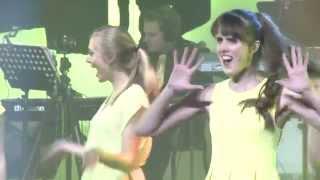 Beelden van de voorstelling AMUSE - A STUDENT LIFE van het showkoor...