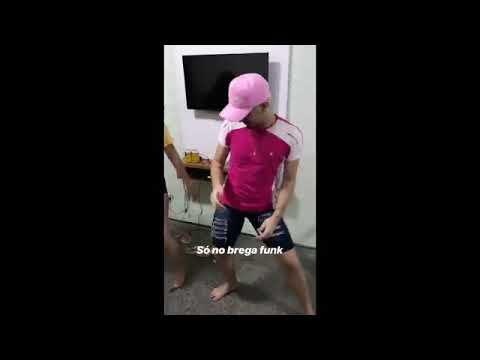 Lara Silva imitando seu namorado Alê Oira dançando brega funk