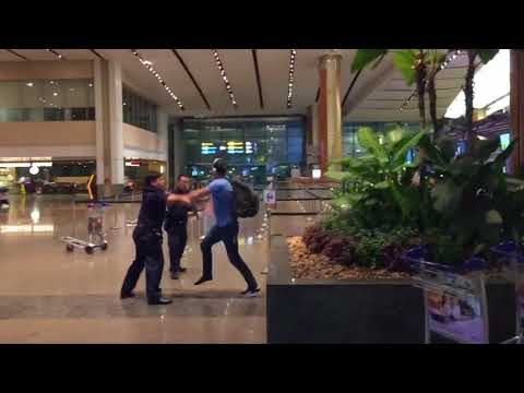 Aussie bogan fights police officers at Singapore Changi Airport 2018
