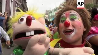 Hundreds celebrate national clown day in Peru