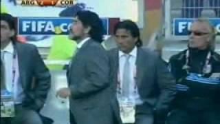 Maradona assistiert als Balljunge