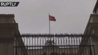 Protesters take down Dutch flag & put up Turkey's at Istanbul consulate