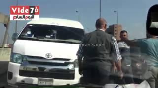 بالفيديو.. سائق ميكروباص يعتدى على مواطن حاول منعه من السير عكس الاتجاه