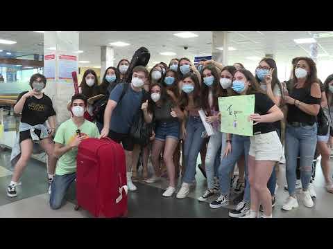 Gerard recibido por sus fans a la llegada a la ciudad