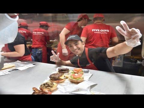 """""""Five Guys"""" sur les Champs-Élysées : la guerre du burger sera-t-elle saignante ? - RTL"""