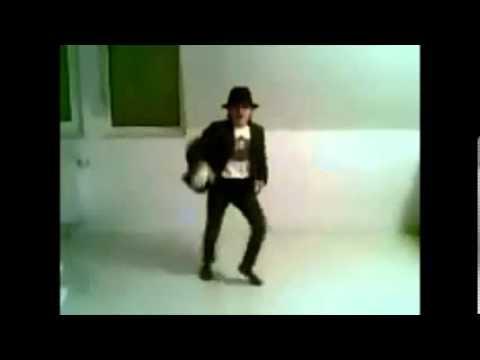 Kleiner junge Tanzt Michael Jackson