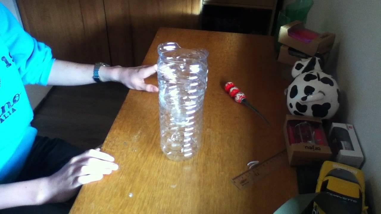 Attrape mouches gu pes avec une bouteille d 39 eau en for Attrape moucheron maison
