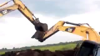 Excavator stuck in mud Cat320B vs Cat315D  มาช่วยรถแมฺคโคพักพวกจม