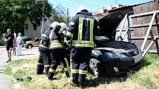 Миколаїв: рятувальники деблокували жінку, затиснуту в автомобілі внаслідок ДТП