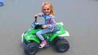 Видео про машинки. Скоростной квадроцикл Videos about cars Ride toy Quad Bike(Всем привет! Мы снова приехали в парк, для того, чтобы покататься на новой машинке. На этот раз Полинка выбра..., 2016-07-11T13:32:29.000Z)