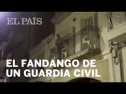 Un guardia civil responde con un fandango a un escrache en Barcelona | España