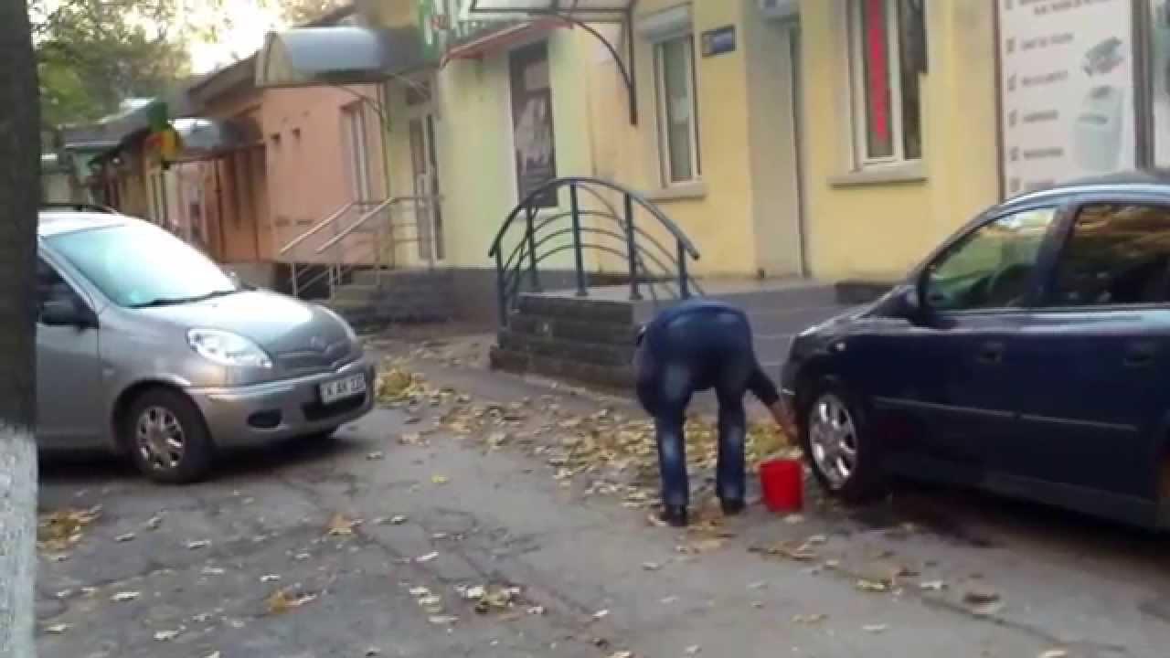 Spală mașina în centru, parcată greșit lîngă Mișcarea Ecologistă