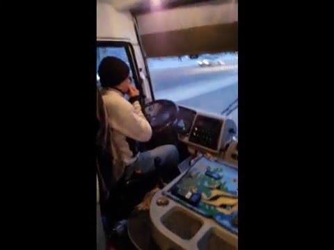 Санкт-Петербург. Водитель маршрутки №2 ест семечки, а еще умудрился поговорить по телефону.