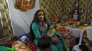 شاهد: ناشطة تقود المتحولين جنسيا بمهرجان ديني في الهند