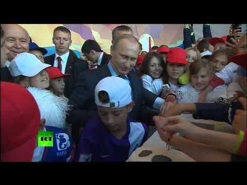 Владимир Путин заложил капсулу в основание стадиона в Самаре