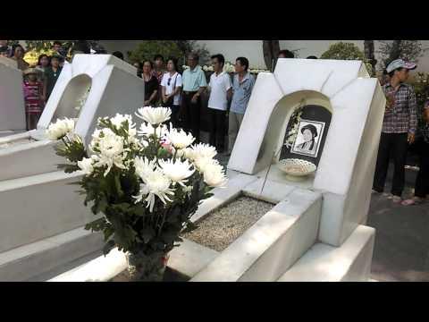 Mộ 10 cô gái hi sinh tại ngã ba Đồng Lộc