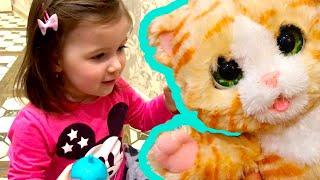 София получает в подарок котенка furreal friends