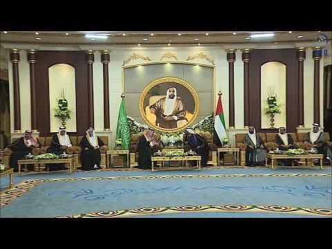 محمد بن زايد يمنح خادم الحرمين الشريفين وسام زايد.