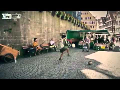 Màn biểu diễn bóng đá đường phố cực siêu như Ronaldinho
