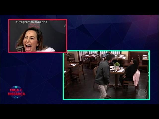 Fernando paga mico no Faça & Disfarça e mulher ameaça deixar o restaurante