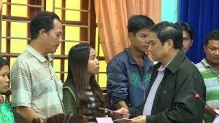 Đồng chí Phạm Minh Chính thăm và tặng quà đồng bào bị lũ lụt tại miền núi tỉnh Quảng Nam