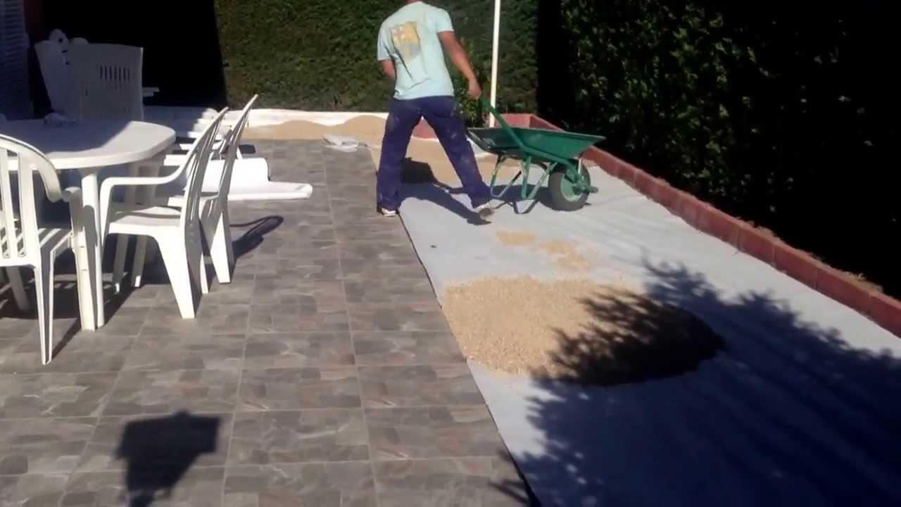 Colocar malla geotextil y grava con arena de r o youtube for Colocar adoquines en jardin
