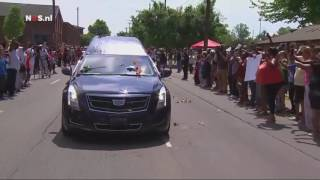 Rouwstoet rijdt Louisville binnen  NOS