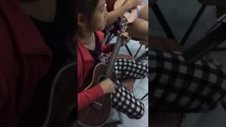 Học trò 6 tuổi học ukulele 6 ngày lớp dạy nhạc V.Guitar