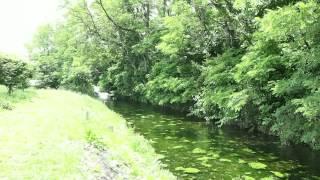 長野県安曇野市の明科自然体験交流センター「せせらぎ」の脇を流れる川...