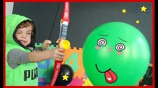 Учимся стрелять из игрушечного лука по шарикам