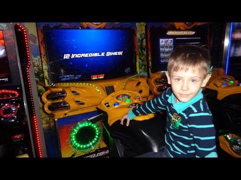 Детский центр. Играем в игровые автоматы.