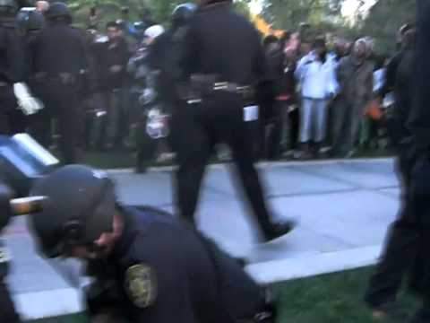 Police PEPPER SPRAY UC Davis STUDENT PROTESTERS!